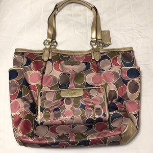 Coach tote bag. No dividers inside.